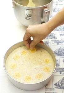 cara masak kek pisang kukus moist hiaskan kepingan pisang
